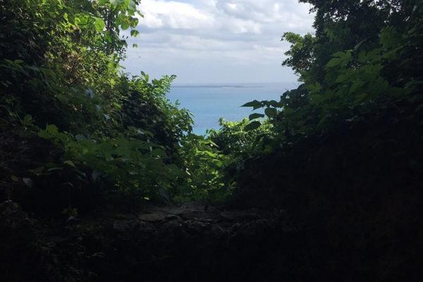 斎場御嶽より聖地久高島に臨む