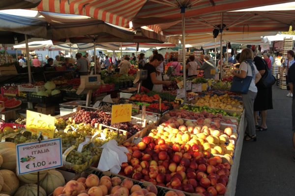 アスティの屋外市場